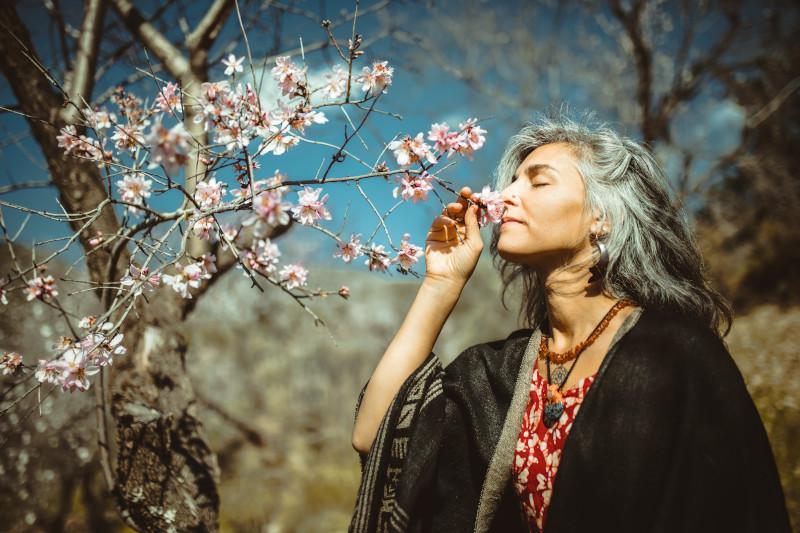 Frau mit Blumen - Die Süße des Lebens